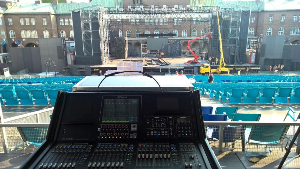 Színpad nézet építés közben az M-5000-es pult mögül. Szegedi Szabadtéri Színpad – Nyomorultak musical.